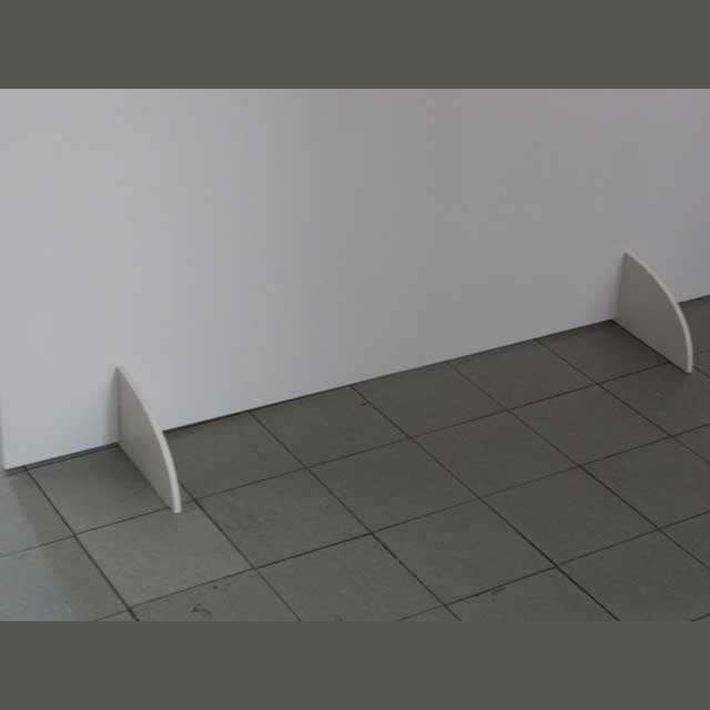 Parete divisoria PVC con piedi bianca, decorata con un trompe l'oeuil per dividere dei locali o pannello con piedi per stampa pubblicitaria