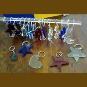 La décoration de ces porte-clés fleurs plexiglas Fête de Printemps aux couleurs printanières n'est due qu'à leur forme et à leurs couleurs