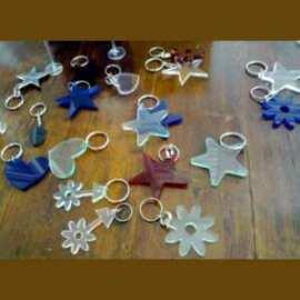 La décoration de ces porte-clés fleurs plexiglas Fête de Printemps aux couleurs printanières