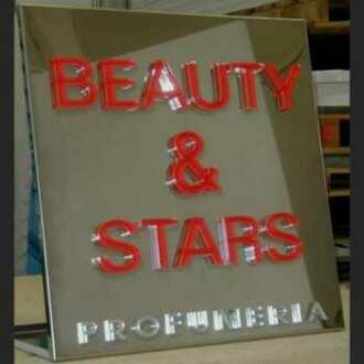 Targa alluminio lettere plexiglass di 10 mm profumeria. In trasparente lo spessore delle lettere da una bella targa con scritte in rilievo
