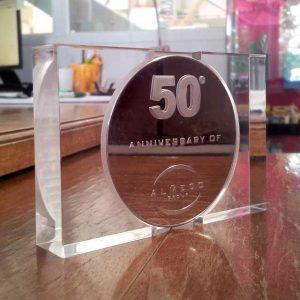 Belle plaque anniversaire société 50 ans du gruppo Almeco, bloc en plexiglas transparent excavé selon les mesures de la médaille en argent