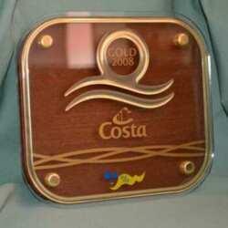 Plaque trophée Croisière Costa combinaison de matériaux comme le bois, l'impression, l'insertion en relief, entretoises dorées et plexiglas