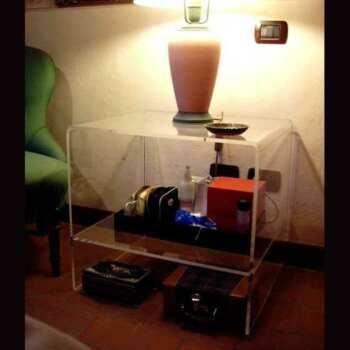 Tavolino plexiglass quadrato termoformato comodino, a cubo nelle dimensioni uguali. Ripiano basso, 10 mm. Il classico comodino trasparente.