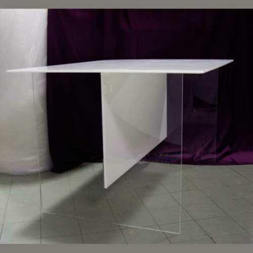 Lineare tavolo plexiglass trasparente piano e traversa in opal, o bancone in 15 mm. E' un classico tavolo in plexiglass multifunzione.