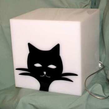 Lampe cube plexiglas chat noir en opale décorée d'un chat également en plexiglas noir brillant pour un joli contraste. Lumière douce