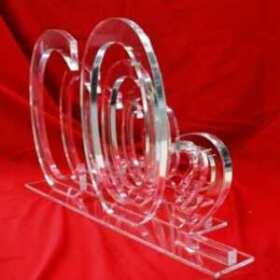 Logo plexiglas transparent 4 pièces indépendantes et repositionnables de 15 mm d'épaisseur, sur leur piédestal, du plus grand au plus petit