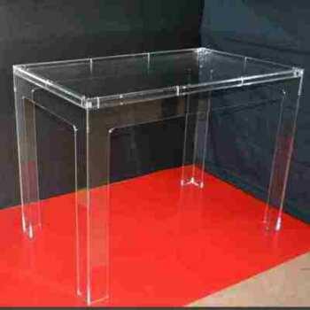 Table plexiglas double plateau pour insérer dessins, décoration dans l'espace entre les 2 plateaux transparents. Elle sert aussi pour exposer