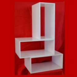 Cubi componibili in plexiglass bianco opale e piccoli complementi d'arredo per creare la decorazione, l'estetica, l'angolo TV, l'armadietto dei medicinali, il phon, la piastra per capelli