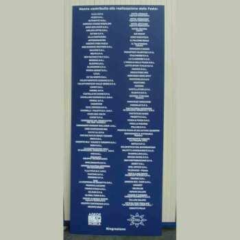 Panneau PVC bleu texte PVC adhésif blanc publicitaire, en 10 mm d'épaisseur, pour remerciements aux membres de la fondation AGEOP répertoriés sur le panneau