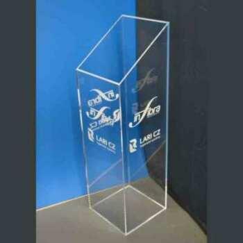 Colonne plexiglas à coupe inclinée de 175 cm avec logo gravé sur 2 faces, faite pour un stand elle doit être remplie d'objets publicitaires.