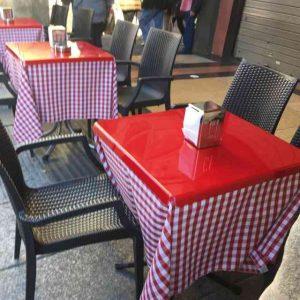 Couvre tables plexiglas rosso plié bar, parfaits avec la nappe à gros carrés. Ils ont 2 fonctions, ils protègent et bloquent la nappe