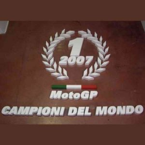 Panneau géant rouge lettres polystyrène Moto Champion preparation