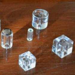 Entretoises plexiglas transparent pour plaques que nous faisons en différentes formes et différentes tailles, rondes, carrées, hexagonales