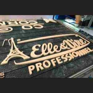 Enseigne bois peint pour stand exposition de Elle et Vire Professionnel. Découpe du logo, peinture et montage avec un bel effet en relief