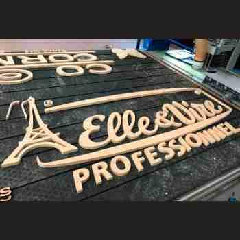 Insegna in legno verniciato per stand fieristico di Elle et Vire Professionnel. Tagliata e dipinta è montata con suo Bel effetto a rilievo
