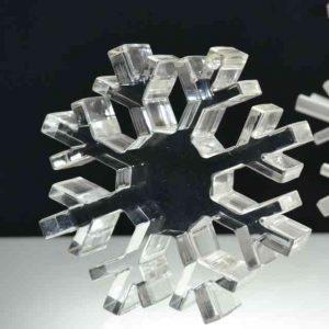 Presse-papiers design plexiglas flocon de neige perforé 15 mm. Collection 4 saisons presse-papier en plexiglas, fleur, pomme, cœur, soleil