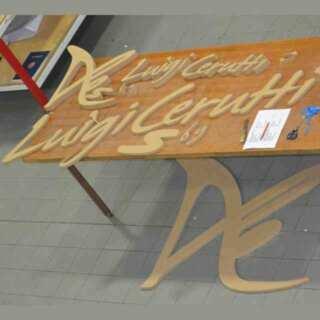 Insegna legno fresato con logo scarpa, tagliato, il legno sarà poi verniciato. Insegna in rilievo verniciata con suo effetto, a basso costo