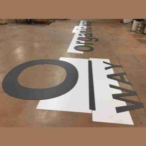 Insegna PVC nero lettere singole con dima di montaggio veramente importante per un assemblaggio e montaggio perfetto dell'insegna