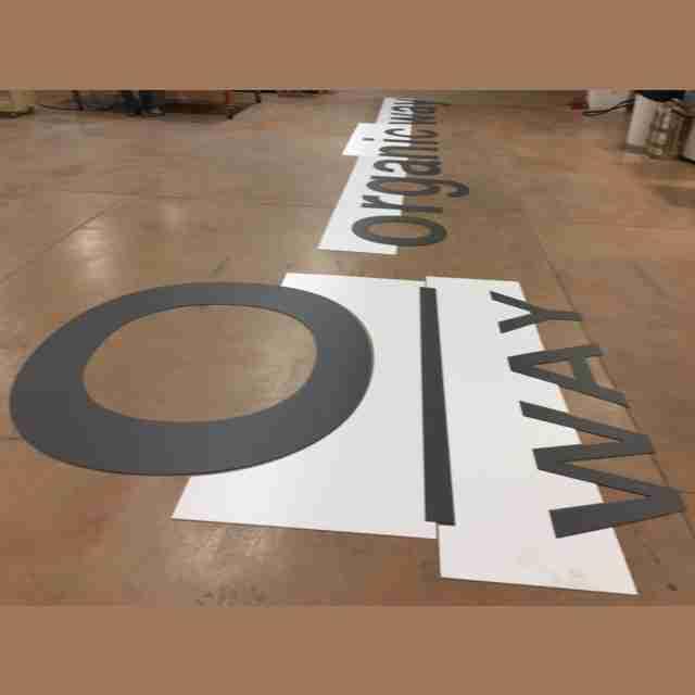 insegna PVC nero lettere singole con dima di montaggio