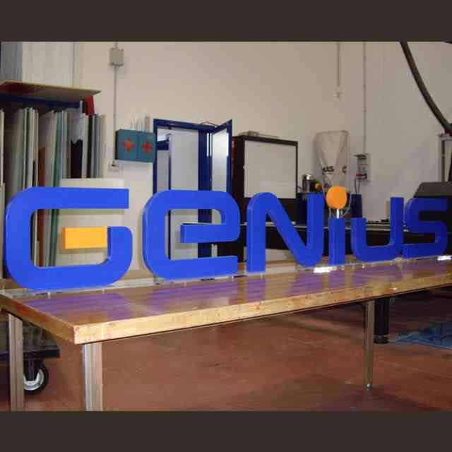 Insegna legno verniciato lettere singole Genius