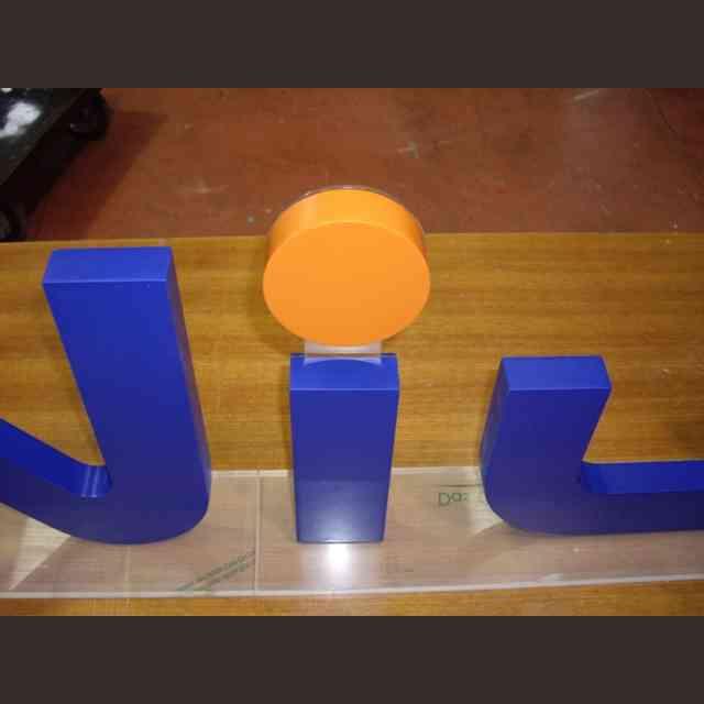 Insegna legno verniciato lettere singole Genius dettaglio