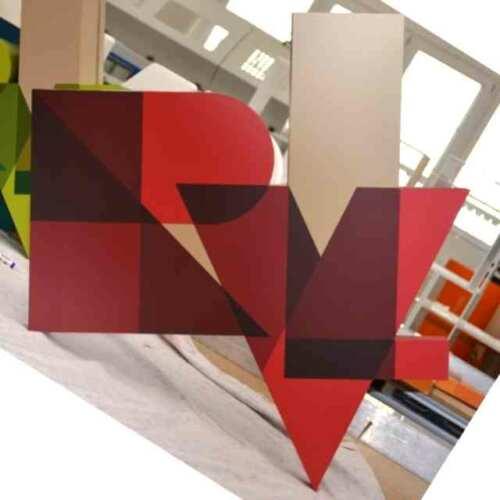 Enseignes logo à boitier PVC de RVL découpé,fond et bord le PVC est ensuite assemblé et collé. Suit l'application de PVC adhésif coloré.