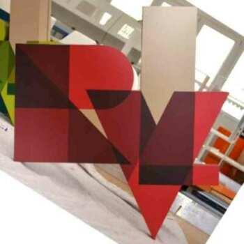 Insegne PVC scatolato e PVC adesivo della RVL, tagliato, il PVC assemblato e incollato è un scatola con applicazione di PVC adesivo colorato.