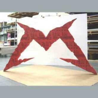 Enseigne logo PVC rouge géant stand découpée dans une plaque entière, couleur, caractère du M, position suspendue suffisent à sa décoration