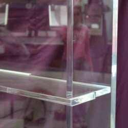 Détail du Meuble plexiglas présentoir à étagères en transparent 10 mm et H 170 cm. Tous les produits sont visibles à 360°. Ouverture à glissière