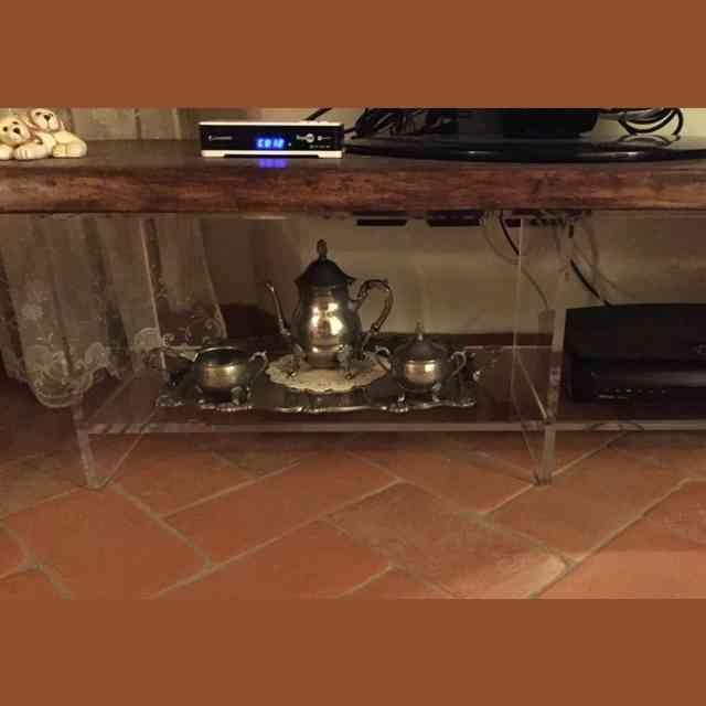 Porta TV in plexiglass trasparente e legno dettaglio