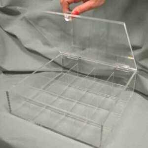 Scatola plexiglass con scomparti, sono 20, e coperchio. Divisori rimovibili per la pulizia. In attesa di decorazione, per tutti gli usi