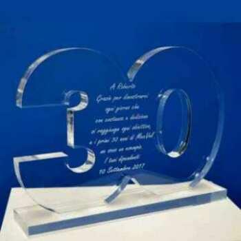 Bellissima targa Premio plexiglass trasparente aziendale sagomato 30 anni. Lucente e di bella dimensione. Lo staff ringrazia gli associati!