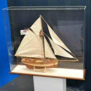 Protection plexiglas pour maquette bateau de bateau créé pour la protection du voilier modélisé. Socle en bois avec fessure pour l'emboîter