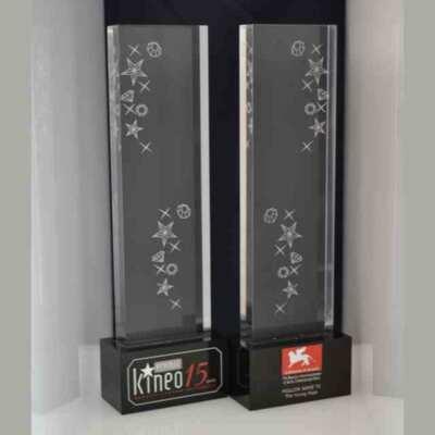 Trophée en plexiglas et gravure cinéma de Venise Kineo festival du film, 2 blocs de plexiglas 1 noir et 1 transparent avec marquage laser