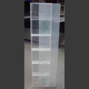 Vitrine en plexiglas avec porte coulissante 6 étagères, entièrement en transparent 10 mm. Les produits sont visibles de tous les côtés.