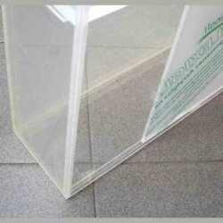 Detail de la Vitrine en plexiglas avec porte coulissante 6 étagères, entièrement en transparent 10 mm. Les produits sont visibles de tous les côtés.