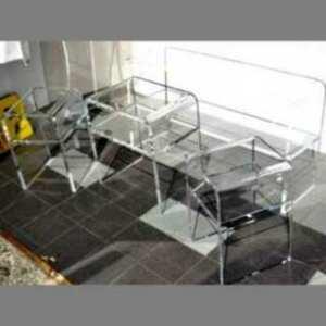 Tables basses plexiglas thermoformé à U pour vitrine. De différentes hauteurs, les trois tables basses se mettent en file pour former un seul plan harmonieux pour l'exposition.