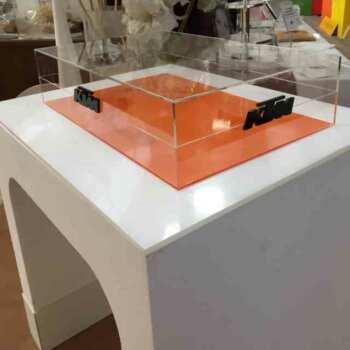 Tavolo espositore polistirolo PVC e plexiglass struttura in polistirolo a ponte ricoperto di un piano in plexiglass opal. E' leggero e resistente.
