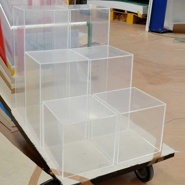 Cubi plexiglass varie altezze per composizione a gradini per esposizione