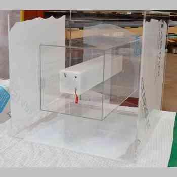 Espositore plexiglass a torre ruote e led Culligan vista interno