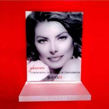 Présentoir plexiglass base satinée du brand international Mavex suisse cosmetici. Incision laser sur l'épaisseur de la base et splendide retro impression sur plexiglas transparent