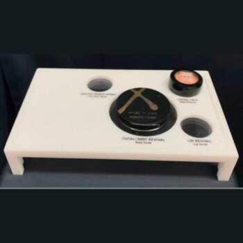 Présentoir plexiglas opale avec incision perforé pour le placement de produits. La gravure remplie de noir est très élégante et indelebile