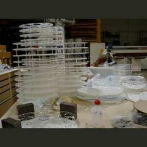 Présentoir plexiglas ovale produits cosmétiques fait de 2 ovales transparent/opale, reliés entre eux par de petites tiges, pour pharmacies.