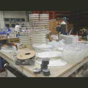 Présentoir produits de beauté plexiglas composé de 2 ovales, transparent et opale, reliés entre eux par des tiges. Série pour pharmacies