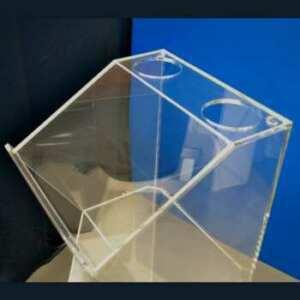 Pupitre en plexiglas transparent avec compartiment. 2 trous traversants pour passer câbles et micro. Solidité renforcée pour les déplacements