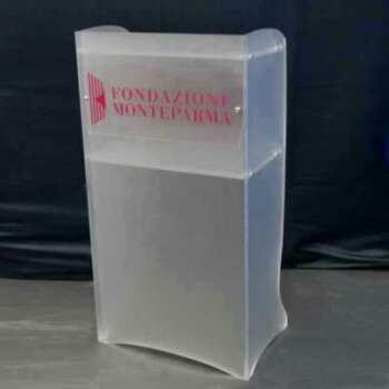 Pupitre de sol en plexiglas satiné et logo réalisé pour la Fondation Monteparma (banca). Le plexiglas donne un effet plus recherché au pupitre