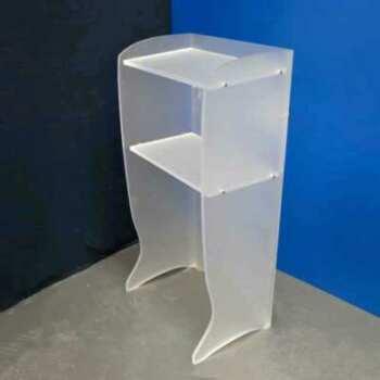 Leggio podio in plexiglass satinato con logo della Fondazione Monteparma. Il leggio in plexiglass da un effetto più ricercato al manufatto.