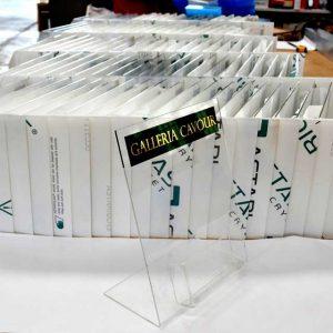 Porte dépliant plexiglas porte billets plié pour le prestigieux Centre Cavour de Bologne. L'A4 des boutiques en commun et chacun son bristol!