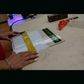 Porta dépliant plexiglass a L con tasca con tasca porta biglietti da visita per galleria di negozi prestigiosi del centro storico di Bologna