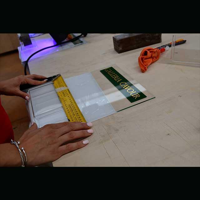 Porta depliant plexiglass a L con tasca lavorazione